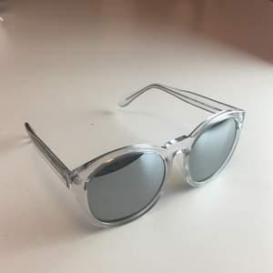 Solglasögon från Åhléns. Lite repigt på ena glaset se bild nr 3!!! Kan skicka om köparen betalar frakt eller mötas i Sthlm. Betalning swish eller kontant.