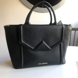 Karl Lagerfeld väska i äkta skinn, använd ett fåtal gånger och är i jättefint skick. Justerbart axelband och dustbag medföljer. Nypris ca 2900 kr. Köparen står för frakt. ✨✨(Kan också mötas upp i gbg)