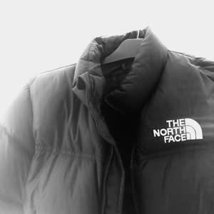 Skitsnygga the north face nuptse jacka som alltid är lika snygg!! Barnstorlek L men sitter som S/XS!! Köpt förra året o bra cond🖤🖤🖤1500kr🖤🖤🖤 fri frakt, BUD:1800!!! ÄNDRING!!! SÄLJER MÅNDAGKVÄLL 14e