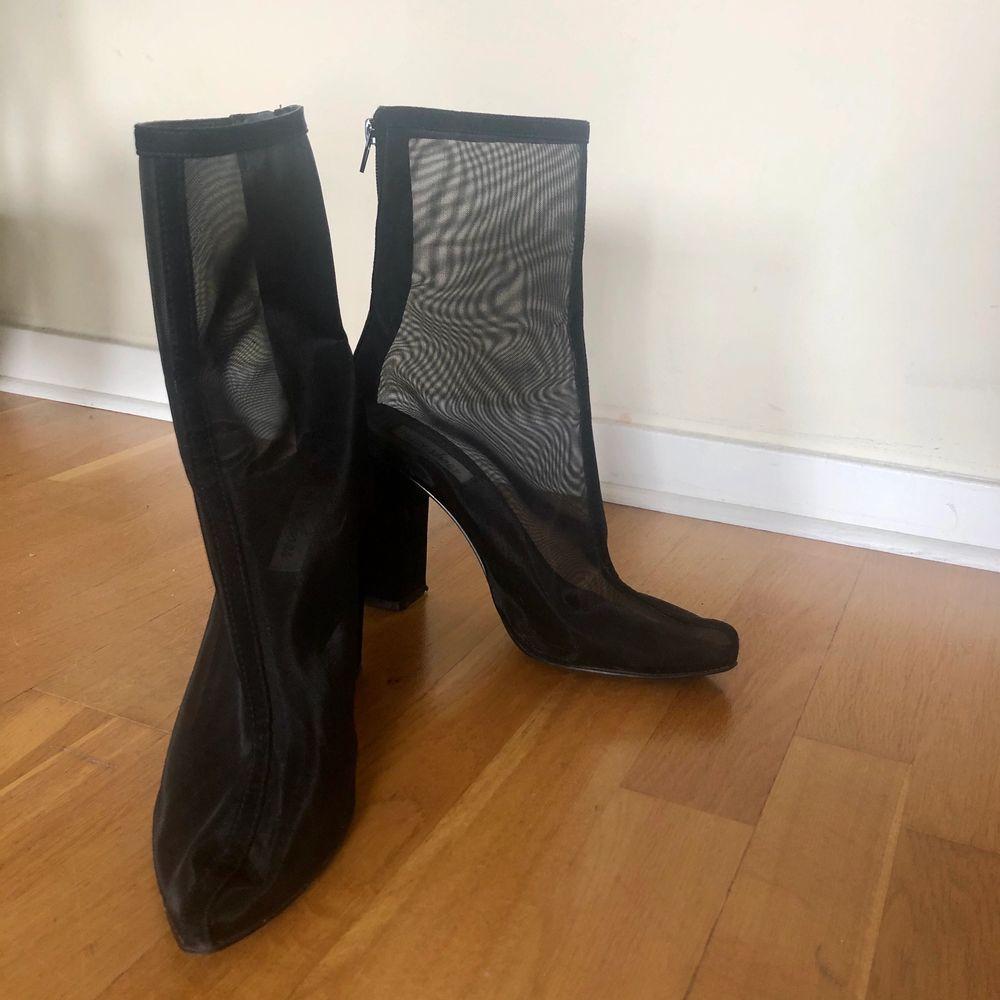 svarta klackar i transparent material från NLY shoes med en klack på ca 10 cm, använda en gång pga små i storleken. Skor.