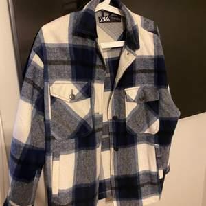 Säljer en blårutig jacka från Zara i storlek S och är i bra skick. Säljer för 200kr + frakt
