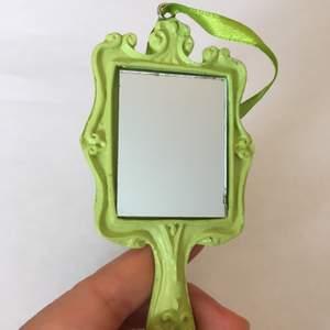 Unik liten spegel som får plats i väskan. Pris 60kr plus frakt . Skriv om du undrar något 🧡