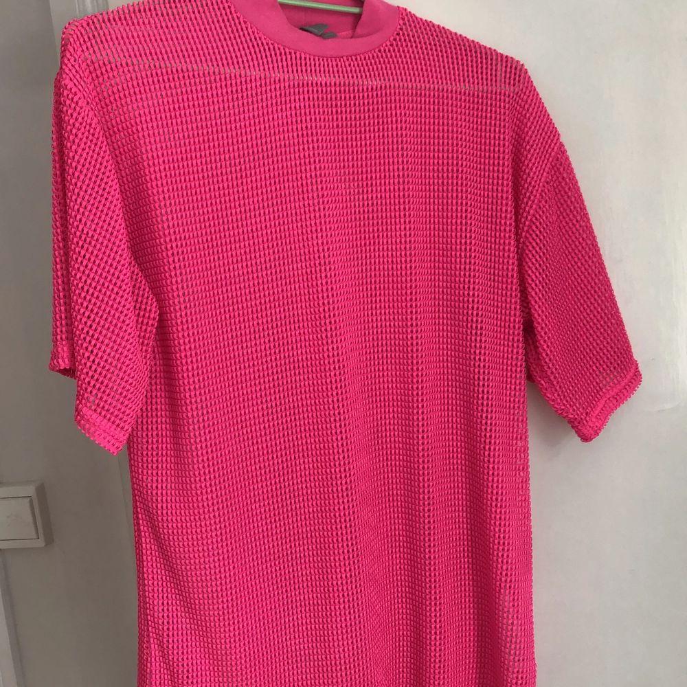 Neonrosa tröja från ASOS storlek S, använd en gång. T-shirts.