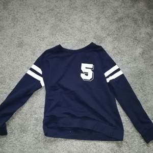 En blå sweatshirt från Lager 157. Inga fel på den, blir bara inte använd så mycket. Storlek xs men funkar nog även på s! Frakt tillkommer. Byten är möjligt.