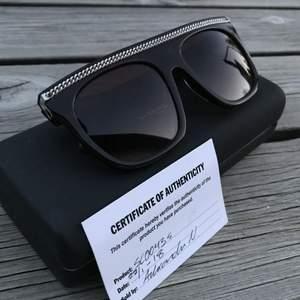 Snygga solglasögon av Stella McCartney. Knappt använda därmed vill att ngn kan ge dem bra användning 😄😄 Har authentic kort oxå