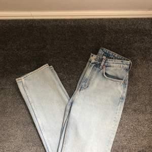 Ljusblå weekday jeans som är iprincip nya. Använda 2-3 gånger. Högmidjade och långa i benen. Säljer pågrund av att de är lite stora. 60kr frakt tillkommer.