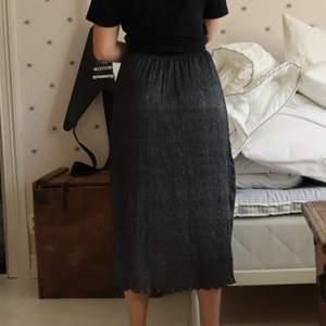 Snygg glitter (typ) kjol som kan vara fin till alla olika tillställningar!! Sitter på plats och är väldigt skön!