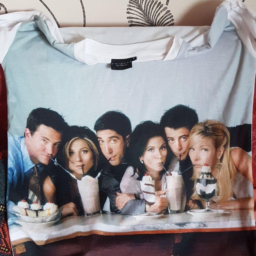 Denna vänner t-shirt säljes pga knappt använd. Beställd ifrån F.R.I.E.N.D.S The TV Show-hemsida. Passar S och M. Mycket fint skick! Helt vit på baksidan.. T-shirts.