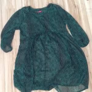 Väldigt luftig, genomskinlig men fin tunika/klänning från indiska. Fint mönster och den är endast använd ca 2 gånger så är i fint skick. Har även fickor på sidorna. Tar swisch