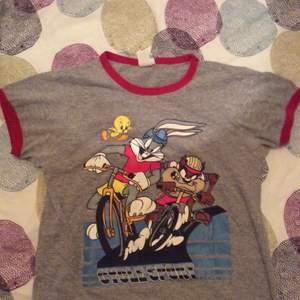 T-shirt i bomull och polyester, made in the US ofA.