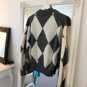 Jättemysig stickad tröja i rutigt mönster. Köpt från HMs kollektion förra hösten. Något nopprig men annars fin!