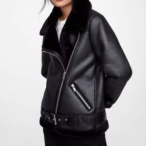 Den väldigt populära bikerjackan från Zara. Sparsamt använd då den inte riktigt varit min stil. Nyrpis var lite över 1000kr. Vid mycket intresse startar budgivning i kommentarerna