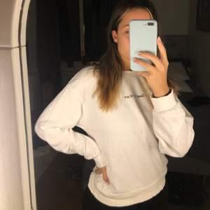 Vit gosig sweatshirt från Bershka som är använd fåtal gånger. Är lite oversize 🌸