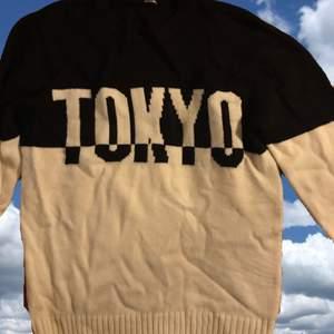Säljer en stickad tröja som det står Tokyo på. Knappt använd, kommer intr ihåg. Stor och varm🥰