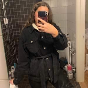 Trenchcoat jeans jacka. Använd 2 gånger ungefär!