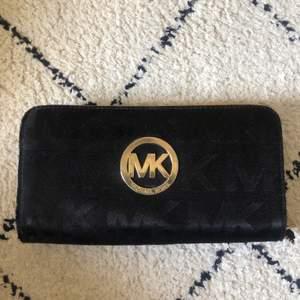Michael Kors plånbok troligtvis fake då jag köpte den hyfsat billigt på Tradera. Använder ej den men den är i fint skick! 🌸