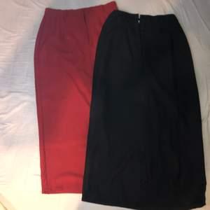 Två långa, eleganta kjolar, en svart och en mörkröd. Den röda är M och den svarta är S. Men jag kan bära båda och jag brukar ha xs/s, dem sitter inte så tajt runt höjderna bara. ❤️50kr/st+frakt.