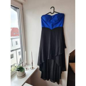 Fin klänning som kan bäras med eller utan axelband (som medföljer). Dragkedja i ryggen. Inköpt i Spanien. Köparen står för frakten, betalning via Swish 😊