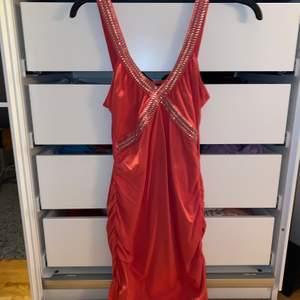 Superfin rosa klänning som är ribbad i sidorna. Från Gina men sälja inte längre, storlek m men passar en s också. Pris + 79kr frakt, hör av er vid frågor! 🦋