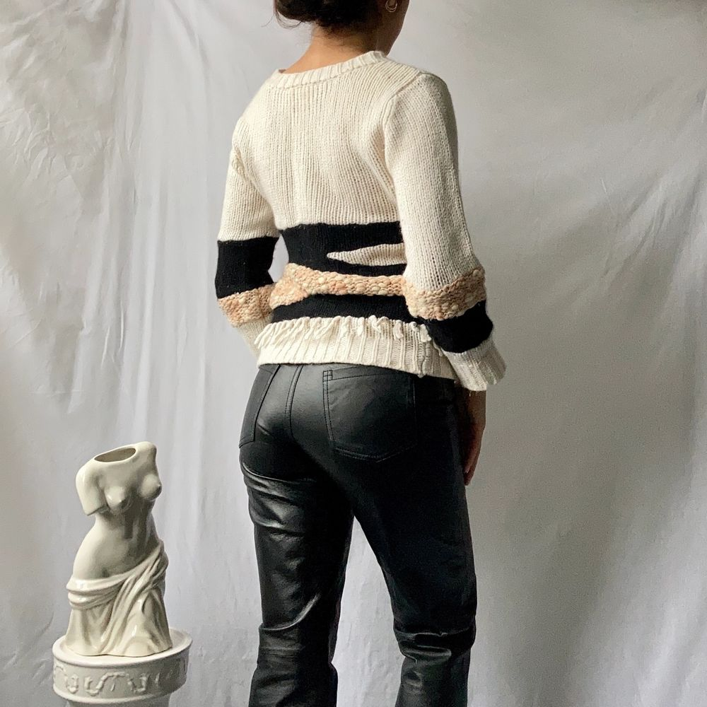 🌊 BEAUTIFUL KNITTED PATTERNED JUMPER, IN CREAM, PINK AND BLACK DIFFERENT YARNS, WITH BOTTOM FRINGES. FROM SWEDISH INTRO MUSE  • SIZE - Fits XS-S/ EU 34-36 • BRAND - Intro Muse • MATERIAL -  MY MEASUREMENTS • Height 161cm / 5'3