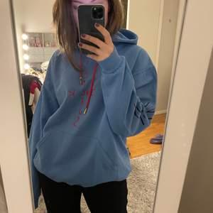 """Säljer denna Travis Scott hoodien åt min brorsa men denna hoodie är unisex så den passar tjej som kille! med """"look mom I can fly"""" tryck i ryggen! Den har tryck i fram, på luvan och på armarna också. Den är HELT ny då den var för liten för min brorsa. Sitter snyggt oversize på mig som brukar ha 36-38 i tröjor. Köpt för cirka 700 men frakt och tullkostnader tillkom så den blev dyrare än så. BUD FRÅN 350 KÖP DIREKT FÖR 700."""