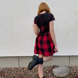 Söt rutig klänning från Dr Martens, mycket sparsamt använd. Har knappar i ryggen samt en dragkedja i sidan så den är enkel att få på! Strl M
