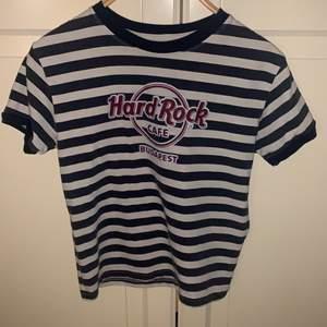 En jätte söt Hard Rock Cafe tröja! Storlek S men passar även XS! Perfekt kvalite! Kontakta för fler bilder med den på! Frakt mellan 24-48kr!
