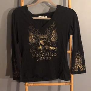 Jätte fin trekvarts tröja från moschino jeans med detaljer på framsidan och armslutet. Sitter jätte snyggt på passar s/M