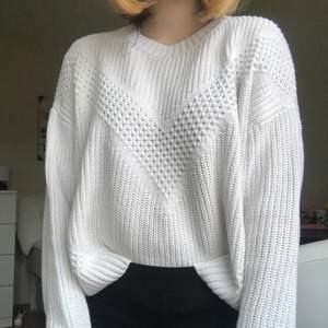 En vit stickad tröja i mjukt material, inte alls stickig. Jätte fint mönster på framsidan. Storlek S men passar också M. Har en liiiten fläck på framsidan längst ner men märks inte😌