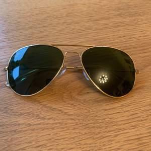 RAY BAN Pilot solglasögon, inga defekter  Kommer med original fodral