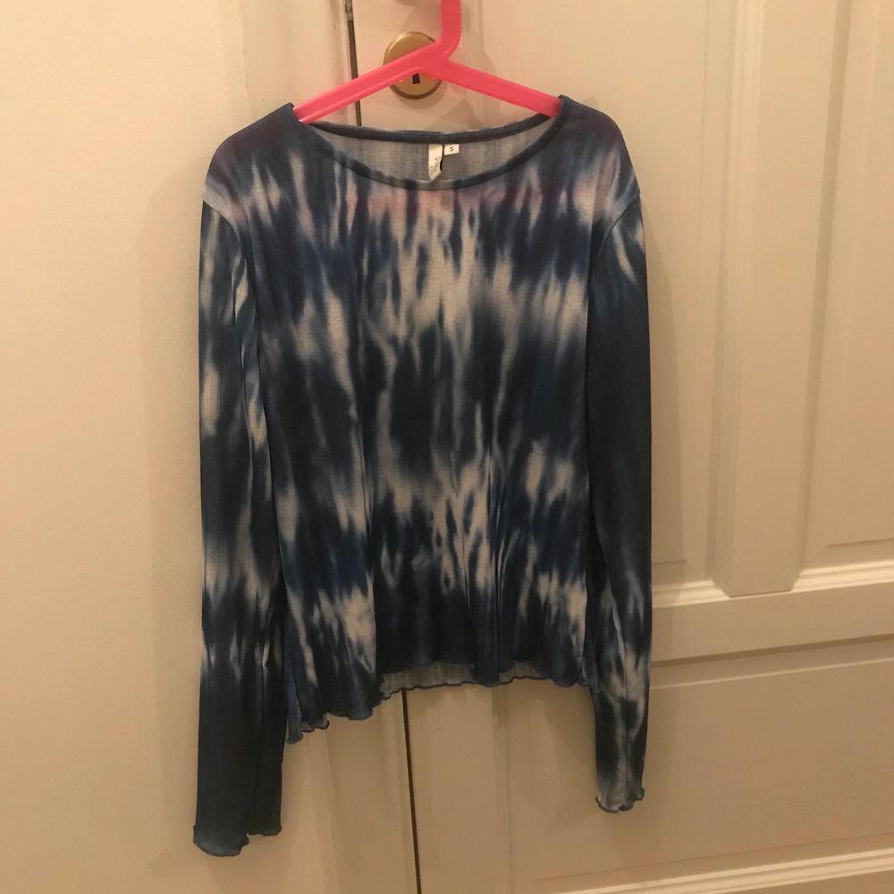 Skitcool blå tiedye tröja som jag tyvärr inte kommer till användning! Köpte för ca 375kr för ca ett halvår sen. Tröjan är väldigt töj var så passar både mig som har storlek xs men skulle också passa någon med M. Hör av dig privat för intresse!💕❤️💖💜bud på 200kr. Tröjor & Koftor.
