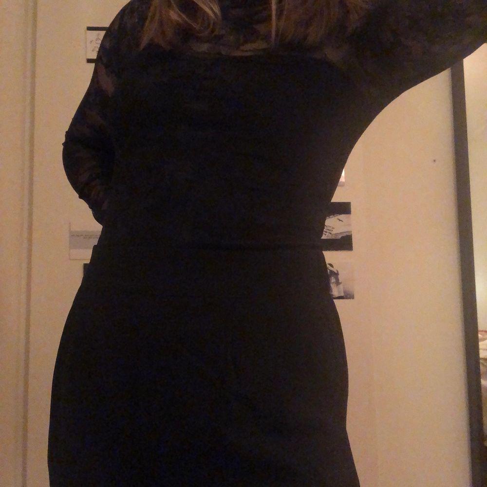 En svart spets body som sitter tajt från H&M i strl S. Tröjor & Koftor.