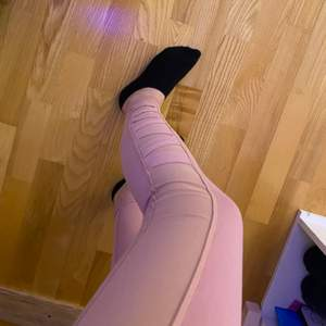 Säljer rosa träningstights som ej är använda. De är korsade på sidan av båda benen, annars är de helrosa. Säljer för 100kr+Frakt. Kontakta mig vid frågor eller om fler bilder önskas💗