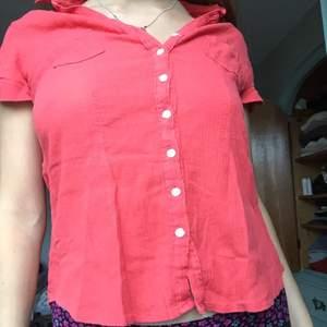 Fin blus i fin rödrosa färg. luftig och skön perfekt nu på sensommaren när brännan fortfarande är kvar..