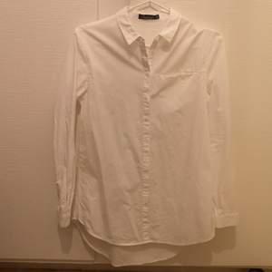 Vit skjorta i strl 34, i längre lite oversize modell, jag har själv storlek 38 och den är lite tight för mig men funkar (se bilder) Endast provad, aldrig använd.
