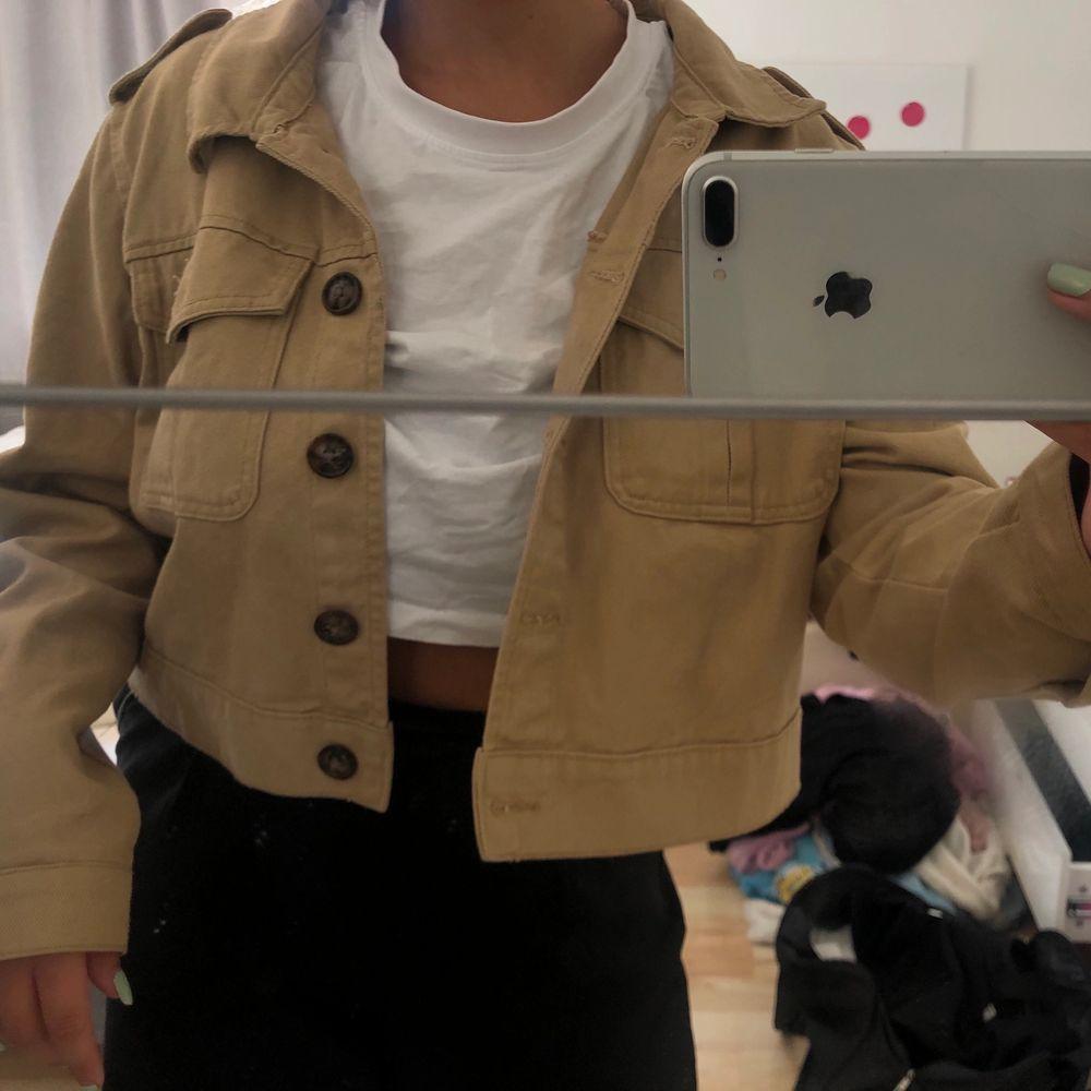 Säljer denna beigea, lite kortare, jeansjackan med bruna knappar från primark då jag inte använder den längre. Är en 38-40 men har storlek 42 i denna då jag gillar lite oversize. Frakt är inkluderat priset.. Jackor.
