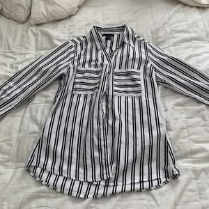 Randig fin skjorta. Tunt tyg. Frakt tillkommer.