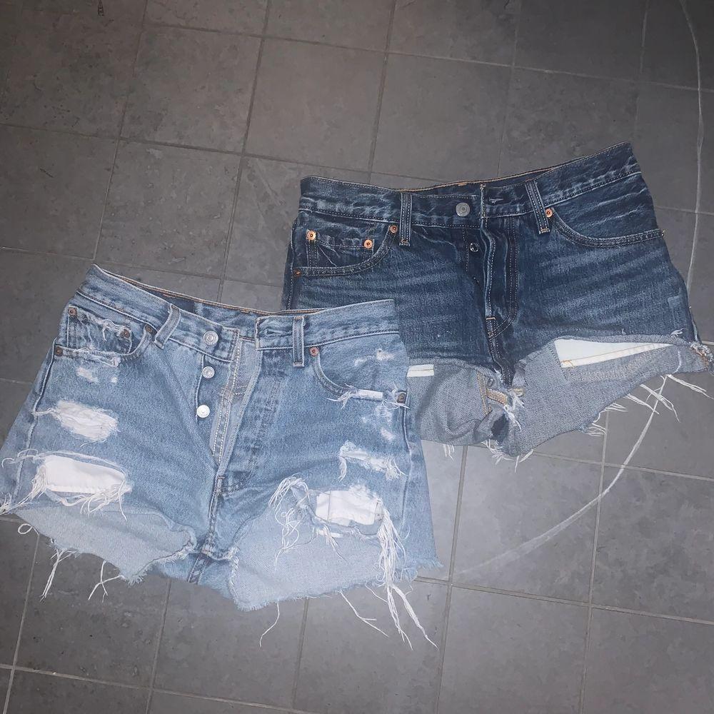 Tvingas sälja mina absoluta favorit shorts från Levis då de numer tyvärr är försmå för mig. Båda högmidjade i två olika ljusa jeansfärger. Skulle säga att de passar en xs/s. 100kr/st eller båda för 150kr, Pris exkl frakt. Shorts.