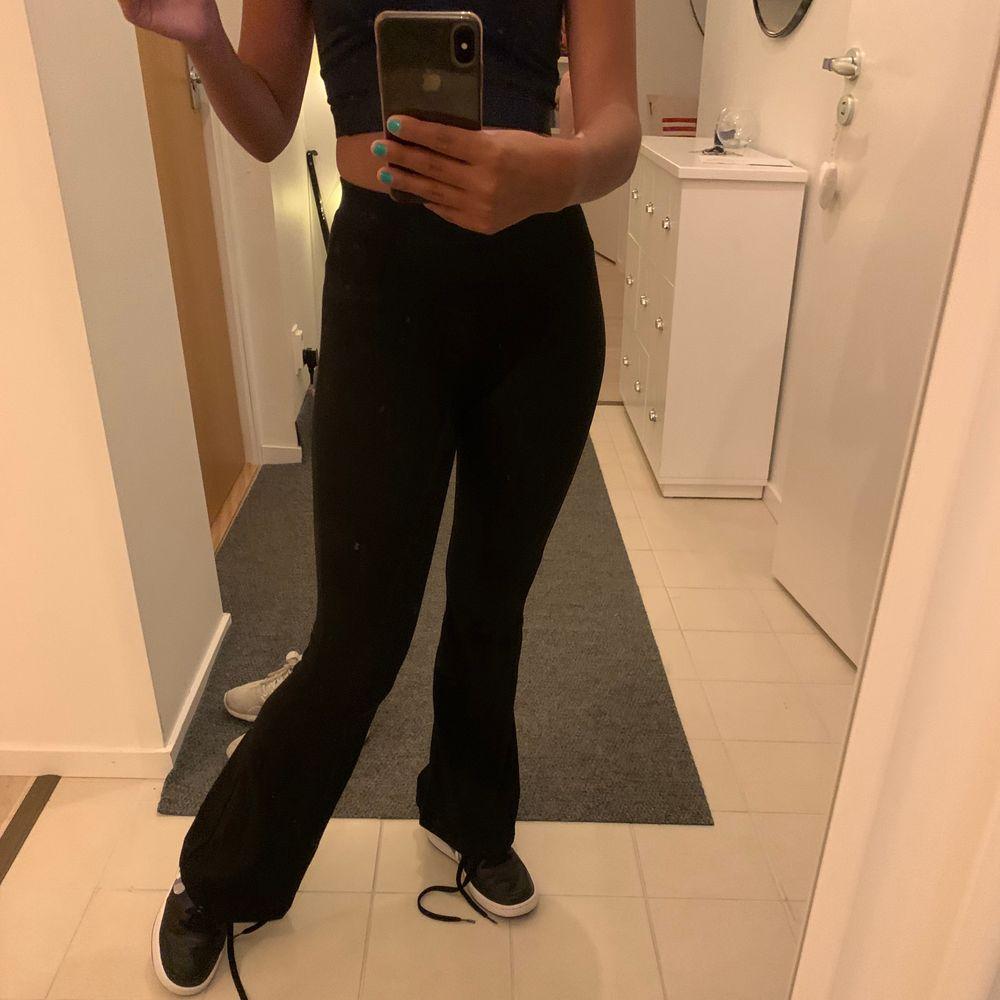 As snygga och SKÖNA yoga bootcut som är väldigt trendiga!!😍😍 säljs nu för dem inte kommer till använding men dem är as sköna. Storlek xs och kommer från ginatricot!💕💕😍😍. Jeans & Byxor.