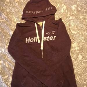 Hoodie som jag ej längre använder från hollister i det sköna materialet som alla deras kläder är i. Använd men i väldigt bra skick. Frakt tillkommer eller mötas upp i närheten av Staffanstorp