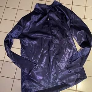 Supersnygg blå skjorta i som silke i storlek 36! Kan stylas väldigt coolt och snyggt både tight och oversized så kan passa 32-36 kanske 👍🏼 Tagit med blixt så den är inte lika glansig i verkligheten.