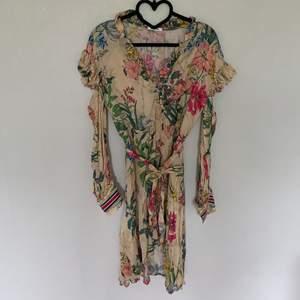 Fin klänning aldrig använd! Roliga detaljer med lite volanger och Manchetter med en twist
