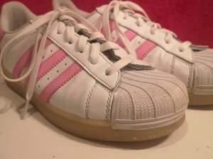 Jag säljer mina skor i stl 37/38! Har inte fått de sålda då köparna hoppat av. Ska efterlikna adidas men är ej de! Kan lysa i flera olika färger. Frakt 85 kr. Skriv privat för mer bilder och info!💞