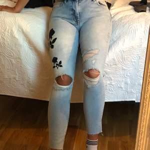 Ljusblå jeans med svart mönster och slitningar. Storlek 36, väldigt bra skick. Köparen står för frakt!