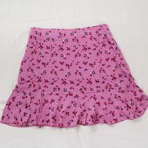 Jättefin helt ny kjol från Shein, endast testad, kommer i orginalförpackningen. Säljer för den är lite för stor för mig. Bra kvalité, skriv för fler bilder💕 första och sista bilden är min, den andra är i från hemsidan. Säljer för 50 kr, frakt tillkommer på 66kr, kör med postnord spårbar då jag tycker det är säkrast, kan också frakta med frimärken