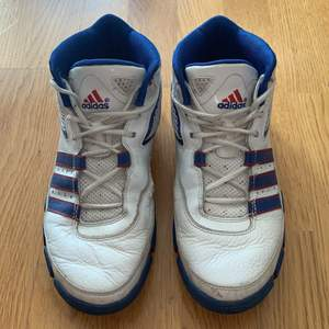 Ett par ADIDAS HERR basketskor eller skor man kan också ha som vardagligen as fina verkligen! Färgen i blått o vit fel fritt 👟🌸