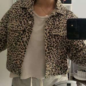Supersnygg leopard jeansjacka, kort i modellen. Säljer pga har inte kommit till användning. Fraktkostnad tillkommer 🥰