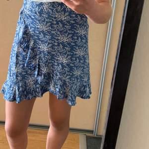Säljer denna superfina volang-kjol från MANGO☺️❤️Det är en XS men passar även mig som har S💫