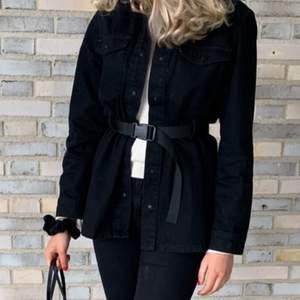 En svart längre jeansjacka med skärp, endast använd periodvis under våren och i så fint skick! Perfekt till hösten! 230kr +frakt 💓 Storlek XS/S