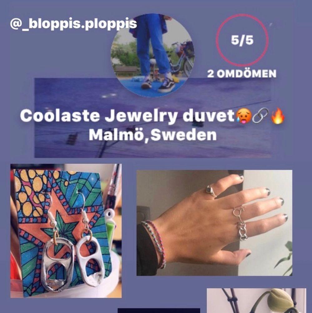 Följ min på insta, Plick eller båda för as balla handgjorda smycken! Jag säljer allt från ringar, örhöngen, halsband och armband till begagnade kläder, väskor och skor:)❤️. Accessoarer.